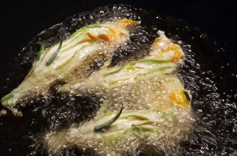 Fritto di fiori di zucca e anelli di cipolle