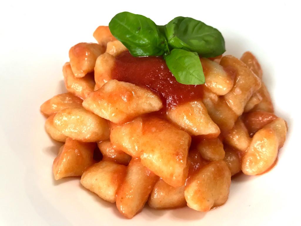 Gnocchi di patate rosse con pomodoro e basilico