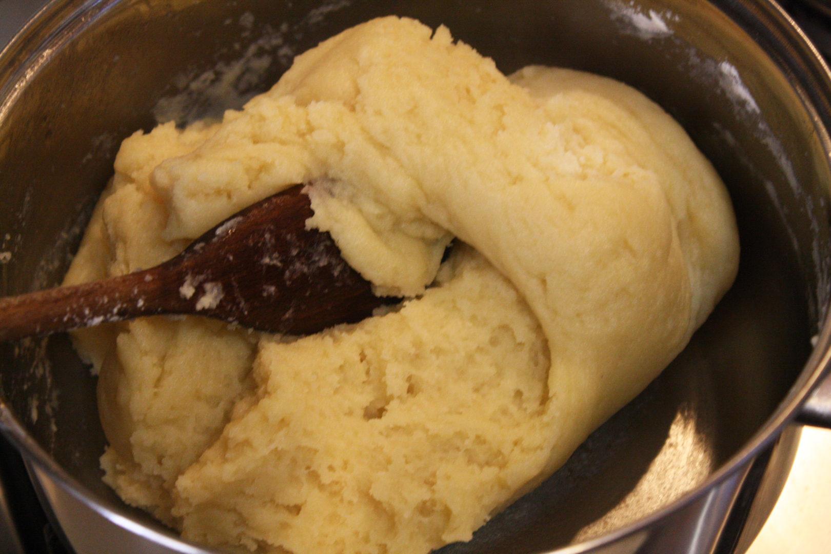 Bignè con crema e cioccolato