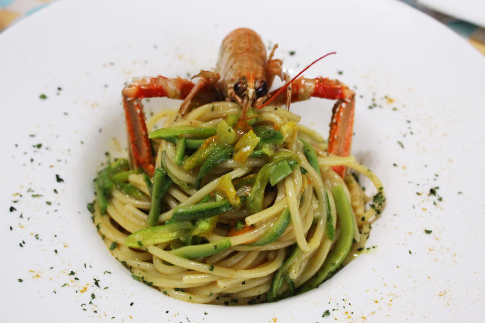 Spaghetti con scampi al curry e zucchine al fiammifero