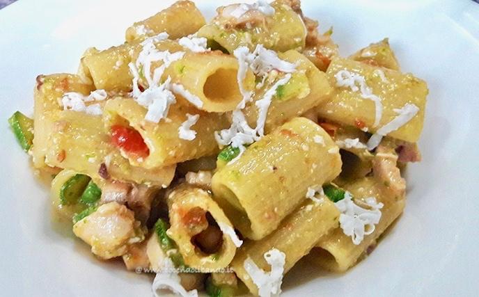 Mezzi rigatoni con polpo, zucchine e caprino