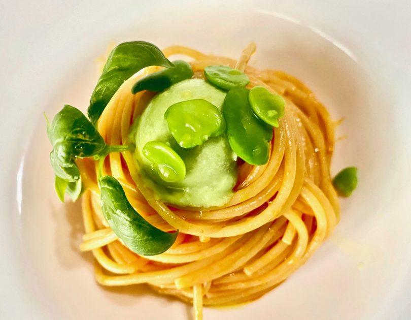 Spaghetti con acqua di pomodoro e semifreddo di fave e pecorino